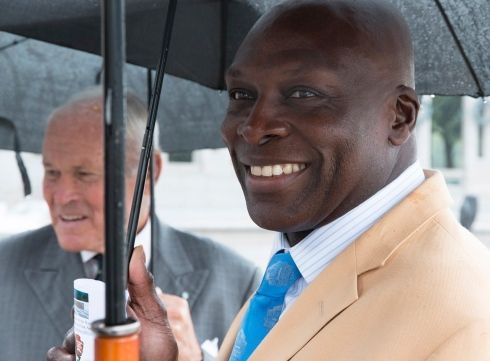 Josiah Bunting III, chairman of the Friends of the National World War II Memorial, and pro football Hall of Famer Bruce Smith try to stay dry before a ceremony marking the 72nd anniversary of V-J Day, September 2, 2017,l in Washington, D.C. (Joe Gromelski/Stars and Stripes) #football #halloffame #BruceSmith #BuffaloBills #WWIIMemorial