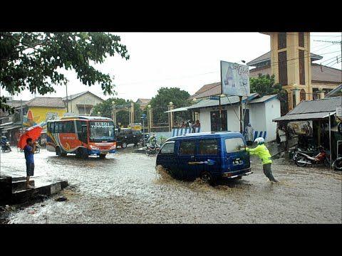 Polisi Dorong Mobil Mogok Sendirian saat Banjir - Leles, Garut ...