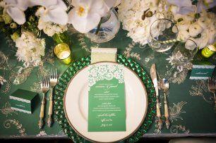 Шикарное оформление свадебного стола в изумрудном цвете