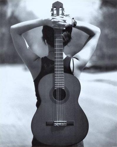 Mujer-Guitarra / Guitarra-Mujer : Es algo que note hace mucho tiempo, como en esta tierra hay 2 o 3 cosas que casi conservan la misma fisionomia, las mismas curvas, el mismo encanto. Esto ya lo sabia, la mujer , la guitarra y una buena moto son objetos totalmente sensuales y hermosos. Y no es esta exactamente la imagen que queria postear, pero fue la que mas me conformo entre las que google me facilito, la imagen que queria postear es la silueta de una mujer con las 2 S (que suelen tener las…