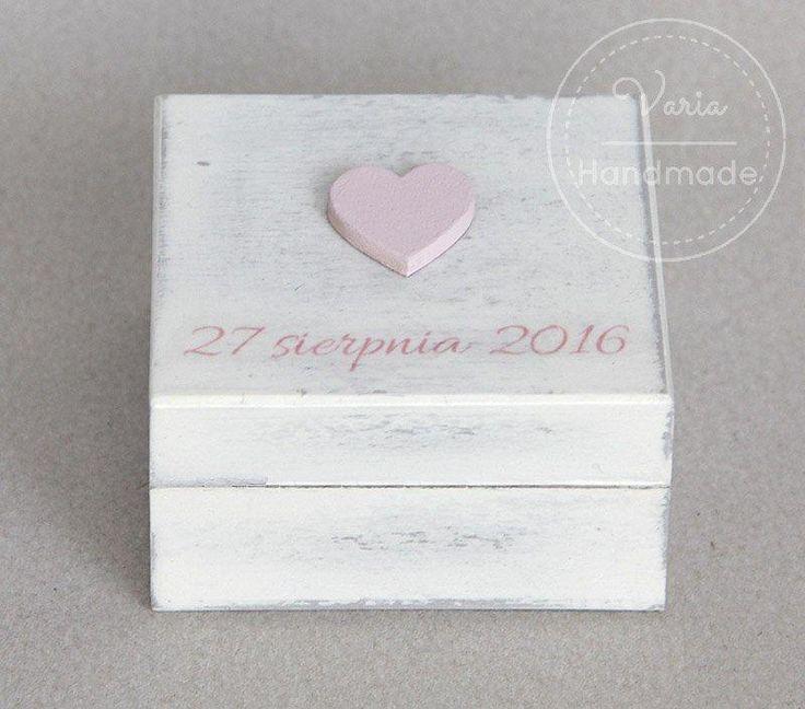 pudełko na obrączki z różowymi elementami