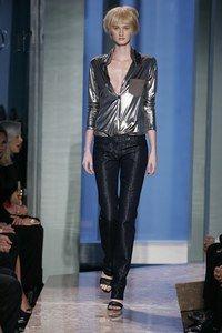 """Brilliant - Jeansmode: Slim, Boot Cut, Relaxed, Regular - Sie wollen modischer sein als modisch? Dann schlüpfen Sie in dieses Skinny-Modell aus Denimstoff und glänzenden Lurexfäden. Eins ist sicher: Dank John Galliano ist die Jeans bei Dior stets ein """"blendendes"""" Ereignis..."""