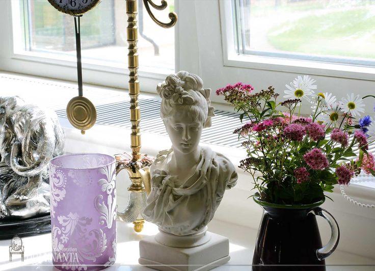 Свежие цветы, старинные часы, скульптуры  - дополняют интерьер, раскрашивают его в разные стили, смешивая и украшая.