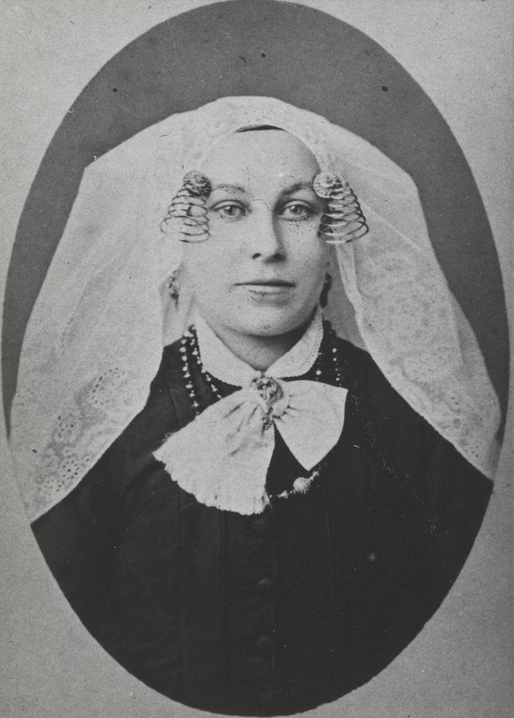 Vrouw uit de omgeving van Heerjansdam, in de streekdracht van IJsselmonde. ca 1900 #IJsselmonde #ZuidHolland