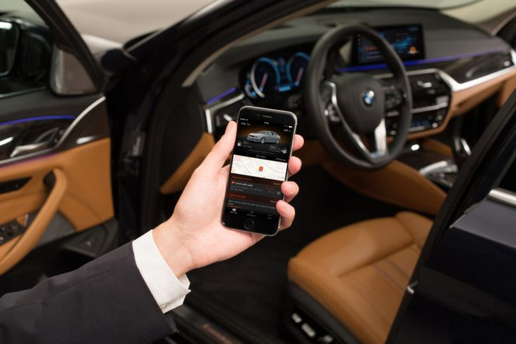 Remote 3D View function in BMW 5-Series 2017 allows drivers to see a 3D view of the area around the vehicle on a smartphone.