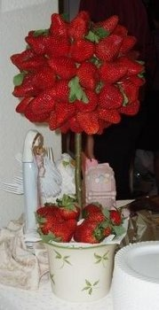 Love the idea of edible centerpieces. This way none get left behind and no one had to fight over who brings it home.