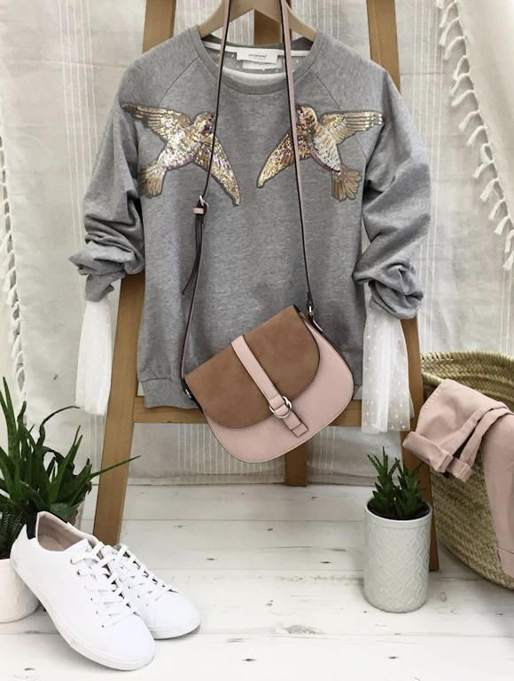 Sweat brodé oiseau + pantalon rose clair + sac bicolore + baskets >> http://www.taaora.fr/blog/post/comment-s-habiller-en-2017-tenue-sweat-gris-brode-oiseaux-pantalon-rose-clair-sac-bandouliere #look #outfit