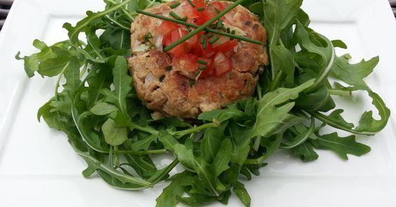 Koolhydraatarme tonijnburger met tomatensalsa. Tonijnburger met tomatensalsa op een bedje van rucola. Serveer de tonijnburgers op een bedje van rucola sla