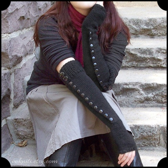 Love these fingerless gloves! They would be great for my winter wardrobe.  #fingerless #gloves #buttons