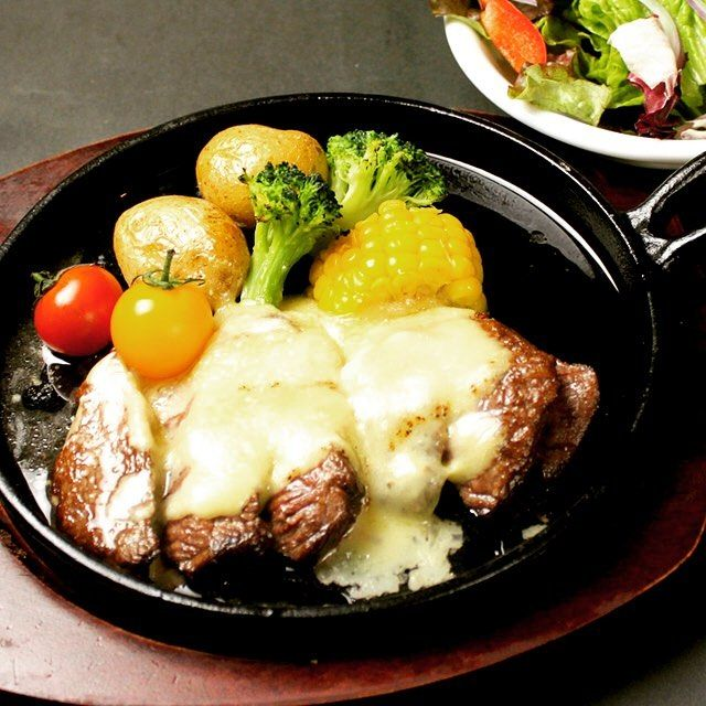 チーズステーキ‼️ ステキチーズ‼️ ランチから食べ放題やつてます。😋 #grillchurrasco #ブラジル #osaka #umeda  #chayamachi #grill #茶屋町 #梅田  #肉美人 #肉  #シュラスコ  #食べ放題 #バイキング #美人 #ランチ #お誕生日  #女子会  #チーズ  #churrasco #Carnes #Almoco #Janta #Gostoso  #cheese