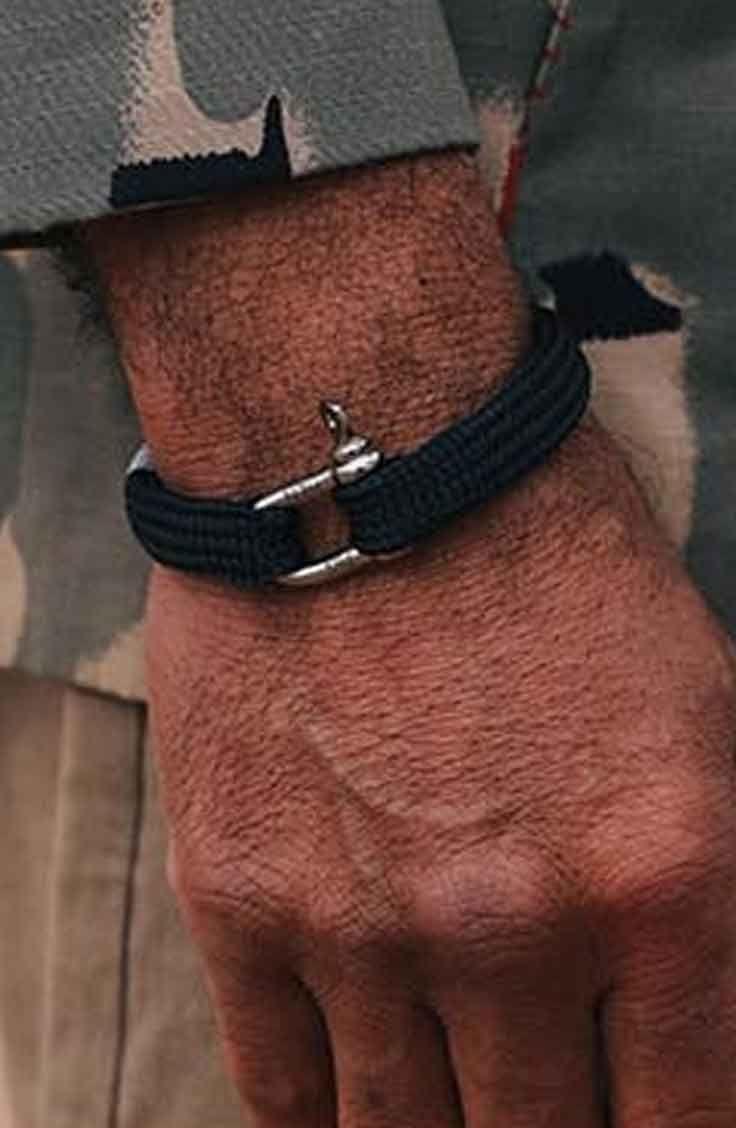 Pig & Hen armband Sharp Simon. Deze zwarte mannen armband Sharp Simon is een plat gevlochten armband en heeft de kleinste beugel (4 mm) die we hebben. Deze smooth boy kan een gewicht houden van 1200 kg en is 10 mm breed. Deze stoere mannenarmband en andere kleuren en varianten shop je @ http://www.nummerzestien.eu/pig-and-hen/