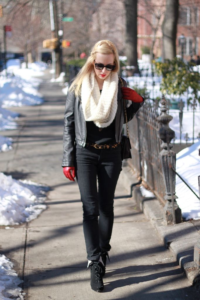 Must get: red gloves.Vrouwen Streetstyle, Fashion Streetstyle, Blondes Wear, Street Style, James Jeans, Street Wear, Black On Black, Fashion Inspiration, Style Fashion