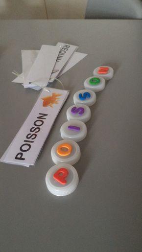 Voici mon activité de l'après-midi : reconstituer des mots.     Pour fabriquer les lettres mobiles, ils suffit de bouchons d'eau, et de gom...