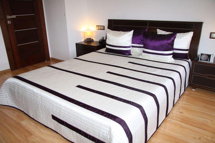 Bílý přehoz na postel s fialovými pruhy