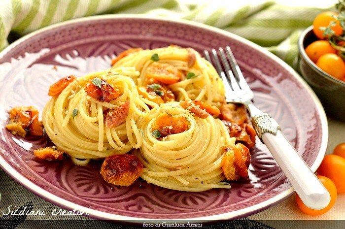 Linguine con pomodorini gialli gratinati, alici e maggiorana