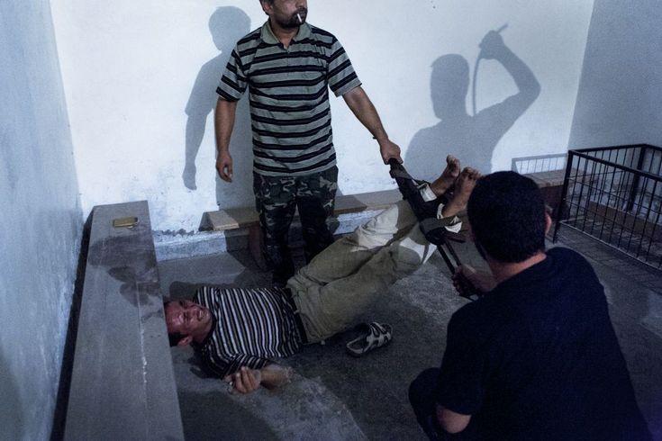 Segunda galardonada con el premio World Press Photo of the Year 2012. En la imagen se puede ver un interrogatorio en la ciudad de Alepo, Siria, el 31 de julio de 2012.  EMIN ÖZMEN (SPOT NEWS)