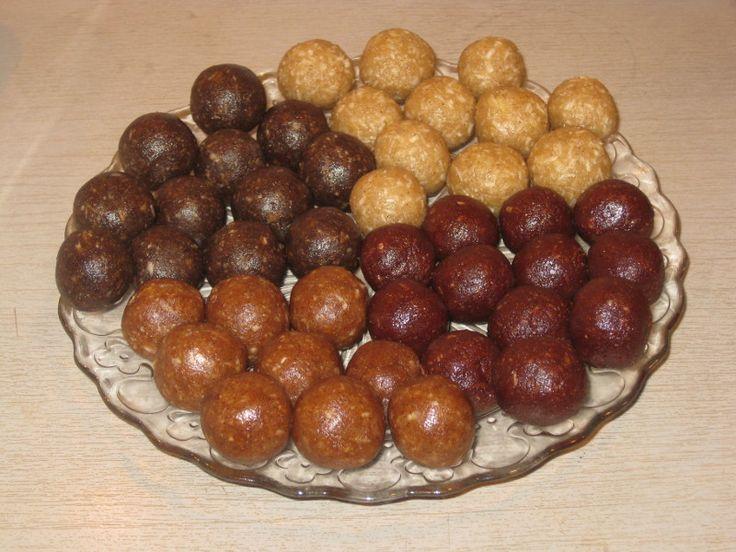 """Úplně nejoblíbenější vánoční cukroví nebo mlsání kdykoliv přes rok jsou u nás kuličky. Připravujeme je snad na tisíc způsobů 😀 . Vyzkoušejte naše čtyři nejoblíbenější """"kuličkové"""" recepty.  Kokosové kuličky Suroviny 1 hrnek vlašských ořechů 1 hrnek rozinek 1 hrnek strouhaného kokosu 1 pol. lžíce kokosového oleje hrst strouhaného kokosu na ozdobení Postup Vlašské ořechy …"""