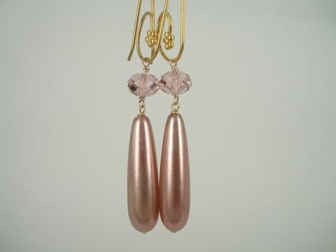 """PIA ANDERSEN SMYKKER -  håndlavede unika smykker med vintage perler  - til dig, der gerne vil understrege din personlighed og lege med dit udtryk. Du sætter pris på at eje et smykke, der kun er fremstillet det ene eksemplar af.     Alle smykker er """"one of a kind"""" med vintage perler, krystaller, vintage håndskåret ben, murano glas, swarovski krystal og håndmalede perler."""