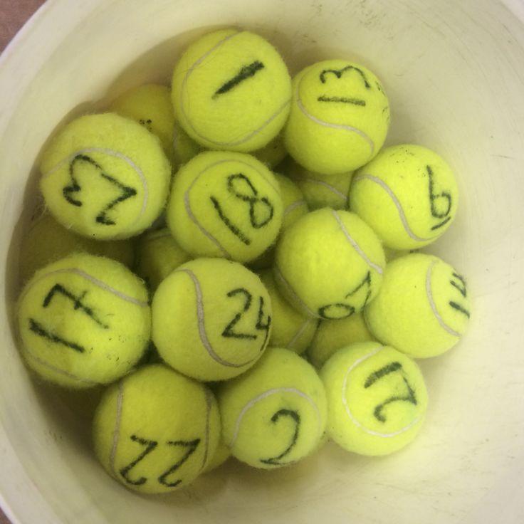 Warming-up! Iedere leerling krijgt een tennisbal met een uniek nummer. Gooi de tennisballen door de zaal. Lln gaan op zoek, hebben ze het gevonden, dan roepen ze 'BINGO'. Ballen met een ander nummer mogen ze weggooien!