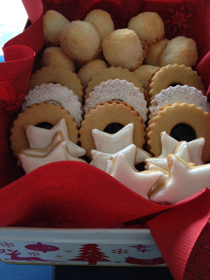 Galletas tradicionales de Navidad, bien presentadas, glasa, mermelada, azúcar glas y coco, me encanta el coco