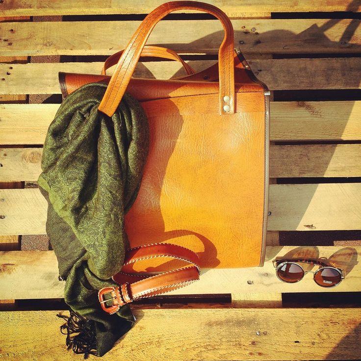 Borsa vintage vera pelle 35 euro, cintura vintage vera pelle 10 euro, sciarpa vintage 15 euro, occhiali USA 25 euro! #woodstockzambon   #vintage   #woodstockshop   #originalità   #borse   #accessori