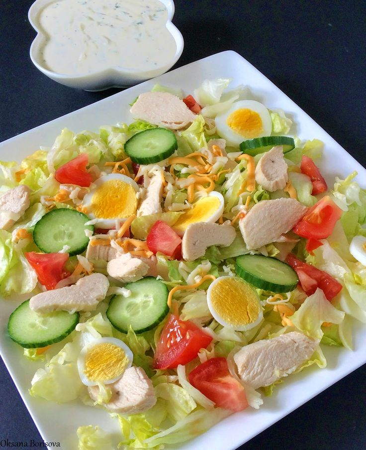 """Летний овощной салат с куриным филе вполне подойдет к вашему ужину как самостоятельное блюдо. Для салата: листья салата """"Айсберг"""" 2 в..."""
