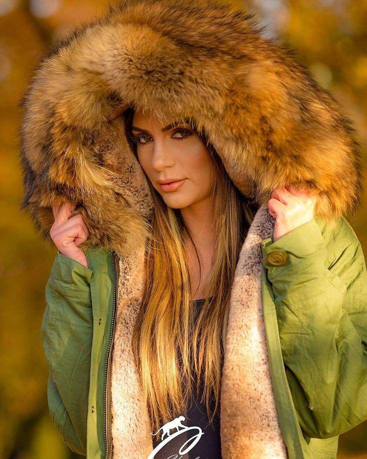 @Regrann from @charlott.fashion.store - ⚜️Meine Lieben, Das Jahr neigt sich langsam dem Ende zu und wir hoffen ihr hattet ein schönes und besinnliches Weihnachtsfest mit euren Liebsten🎄❤️ zum Jahreswechsel und natürlich im neuen Jahr freuen wir uns mit euch auf viele neue Überraschungen und auf eine neue Kollektion 2017😍 Hier noch ein Bild von unserem Shooting, das ist der Mantel mit einem XXL Volumen Pelzkragen und einem echten Innen Fell ⚜️www.charlott-fashion.com⚜️ Model: @ajsela_ajsy…