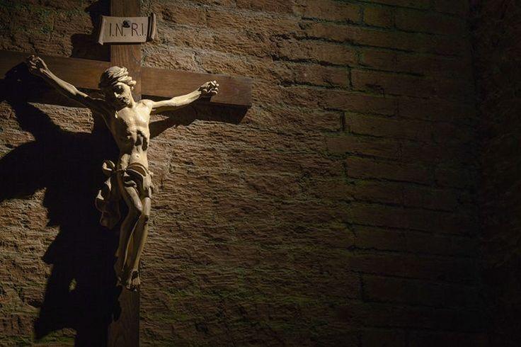 Mensaje del Papa Benedicto XVI a los participantes en el «Meeting » 2009 de Rímini Cada año, en la Liturgia de las Horas del tiempo de Cuaresma, me vuelve a conmover una paradoja de las Vísperas del lunes de la segunda semana del Salterio. Allí, una junto a la otra, se encuentran dos antífonas, una para el tiempo de Cuaresma y otra para la Semana santa. Ambas introducen el salmo 44, pero lo hacen con claves interpretativas radicalmente contrapuestas. El salmo describe las nupcias del Rey, su…