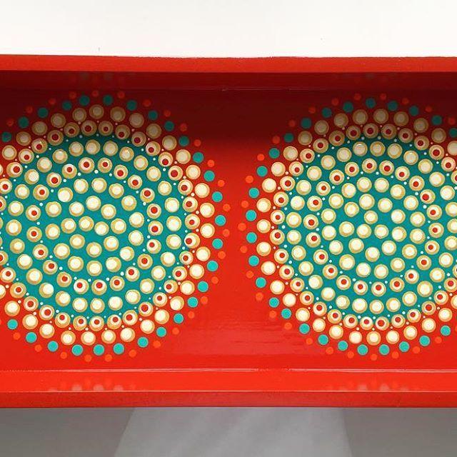 Poniéndole un poco de color al día, nuestra pieza Repetición NAD-98/100. Pieza única intervenida a mano con la técnica del puntillismo #diseño #design #arte #art #arteutilitario #bandejas #tray #detalles #decora #hogar #homedecor #decor #decoracion #decoration #colores #colors #fotografia #atMDD #complementosdecorativos #puntillismo #dotart #pintadoamano #handmade #handcraft #colores #colors #diseñovenezolano #artevenezolano #hechoenvenezuela #caracas Nadaypunto ® VENDIDA