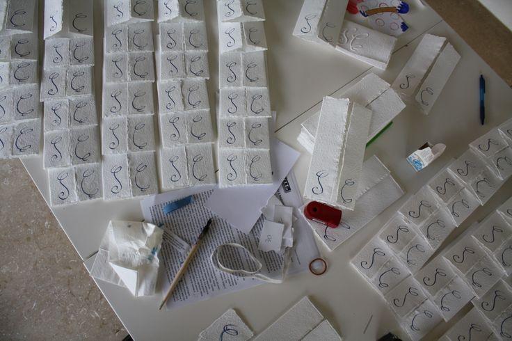 le partecipazioni di nozze di Cecilia e Stefano, carta fatta a mano nella casa circondariale di Forlì. Laboratorio guidato da Giulia Forti.