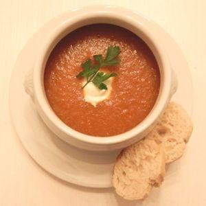 Snelle tomaat/paprika soep.... Snijd twee grote paprika's in stukjes, hak drie teentjes knoflook fijn en snipper 'n klein uitje. Fruit dit alles in wat olijfolie. Voeg twee potten basis voor tomatensoep toe en een pak gezeefde tomaten. Laat dit een uurtje heel zachtjes sudderen. Pureer, als de groenten zacht zijn geworden, met de staafmixer en voeg wat room, peper en zout naar smaak toe. Serveer met geroosterde amandelen en evt. voor een Italiaans tintje, verse basilicum.