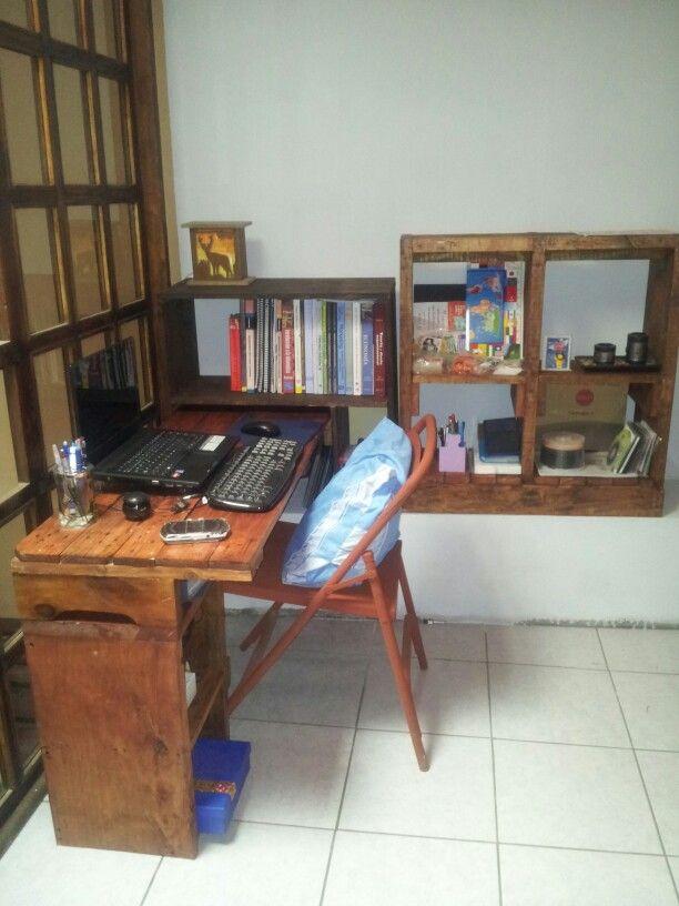 Escritorio y estanteria con palets para oficina pinterest - Estanteria con palets ...