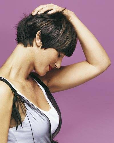 Das längere Haar im Nacken ist verschwunden. So wirkt der Look gleich klarer. Dazu wurde der Schnitt durch- und im Hinterkopfbereich schräg hochgestuft (graduiert) - für mehr Volumen. Eine Tönung im Naturton frischt auf, zarte nussbraune Strähnen im Deckhaar wirken wie von der Urlaubssonne aufgehellt.Wie oft zum Friseur? Alle sechs Wochen - für eine exakte Nackenpartie.Ideal für: dickes, glattes Haar. Der lange Pony schmeichelt langen Gesichtern.Styling: Nur mit den Händen f...