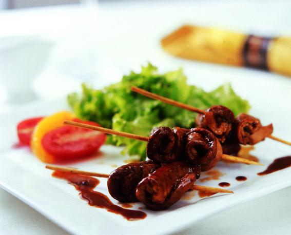 Cuando se acerca el fin de semana se incrementan las ganas de comer rico. Prueba las Brochetitas de Cerdo en Salsa de Café y disfruta de un buen momento con buena compañía.