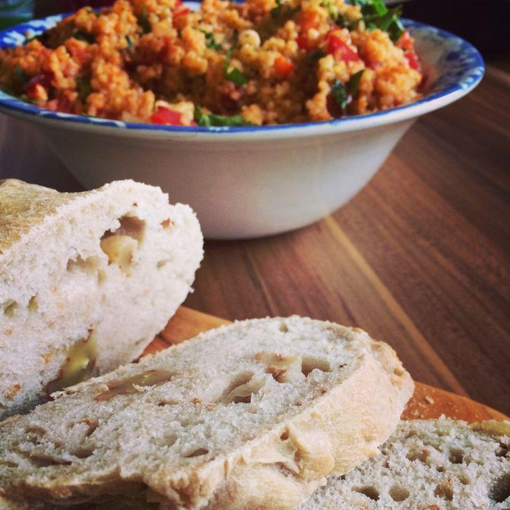 Walnuss Ciabatta aus dem Ofen - einfach Brot selber backen, mit Wasser während des Backens besprühen macht es besonders knusprig