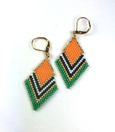 Cette paire de boucles d'oreilles est composée de perles japonaises miyuki delicas 11/0 oranges, vertes, blanches, noires et plaqué or 24k. Les miyuki délicas sont des perles e - 17811771
