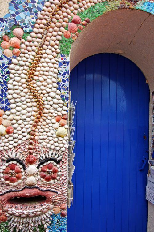 La gueule du monstre ©Boccalupo, via Flickr.com. Quartier de l'île Penotte, les Sables d'Olonne, Vendée. Tu choisis ta carte postale, et tu payes en jetant ta pièce dans la gueule du monstre.