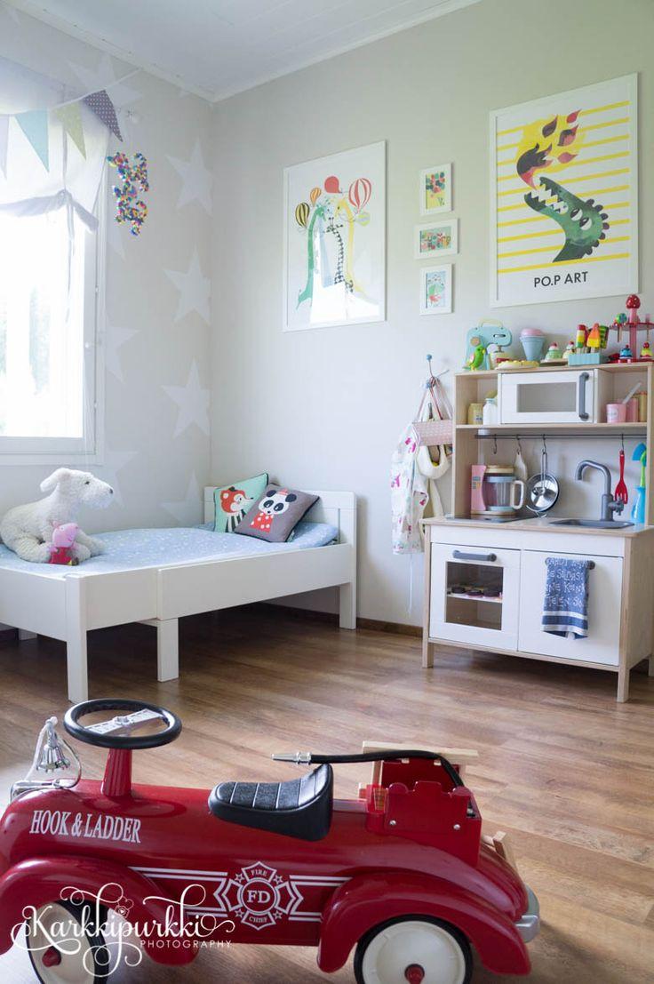 Aika tasan vuosi sitten me tehtiin pientä isoa muutosta Veikon huoneeseen. Vaihdettiin vähän järjestystä ja hankittiin uusi matala taso lelujen säilytystä ja laskutilaa varten. Muokattiin huonetta enemmän isojen poikienhuoneeksi pian tulevalle isoveljelle ja samaan aikaan puuhasteltiin toisessa huoneessa sisustellen vauvalle omaa huonetta.    Niin supersuloinen, kuin vauvan huonekin on, ei siellä ole mitään leikkijuttuja, vaan huone toimii enemmänkin vauvanhoitohuoneena, jossa myös…