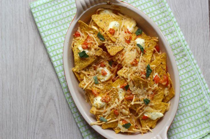 Nachos is een gerecht uit de Mexicaanse keuken. Dit recept is heel simpel te bereiden en binnen een mum van tijd klaar. Serveer de nachos als snack.