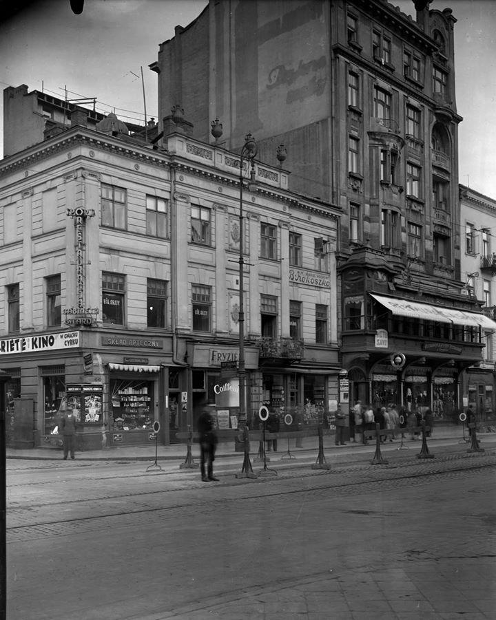 Nowy Świat - lata międzywojenne. Obecnie mniej zdobień a kamienica po prawej czyli Hotel Savoy zupełnie nie do poznania.