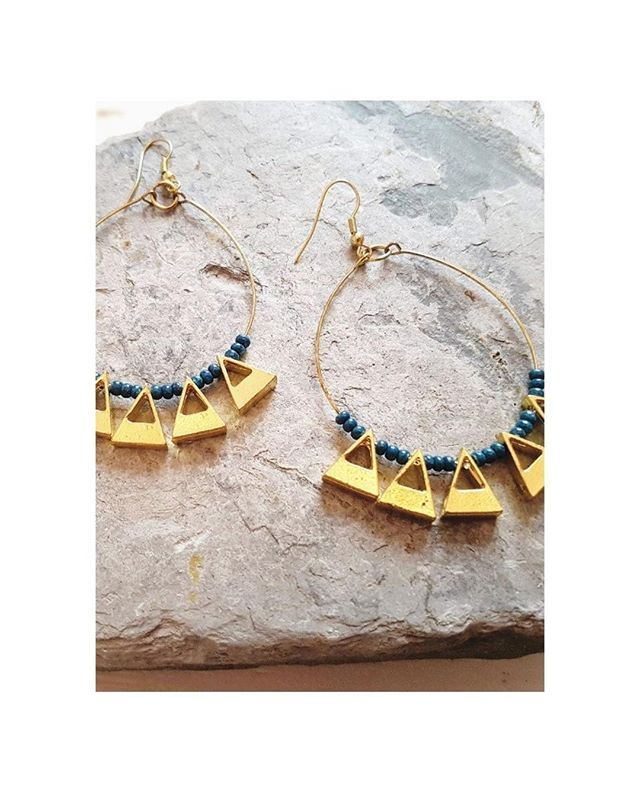 STATEMENT | These teardrop earrings with geometric gold