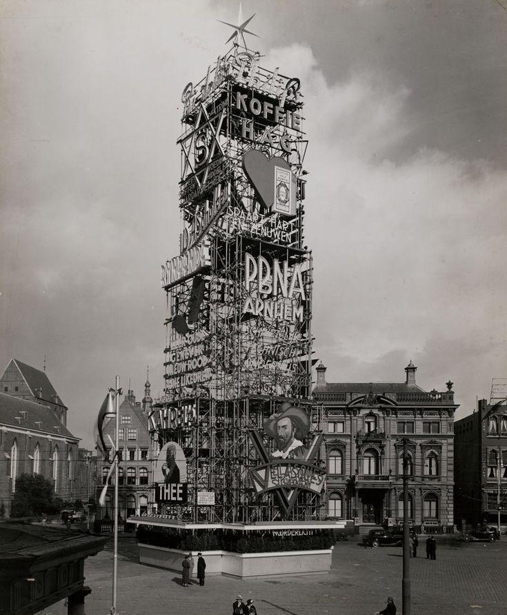 Een enorme lichtreclame-toren op de Grote Markt in Groningen ergens in de jaren 30 ontworpen door Henri van den Pauwert. Voor welke gelegenheid dit is gebouwd is mij onduidelijk.