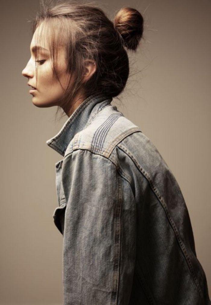 idée de coiffure chignon facile à faire, un simple chignon sur des cheveux longs, avec des mèches encadrant le visage