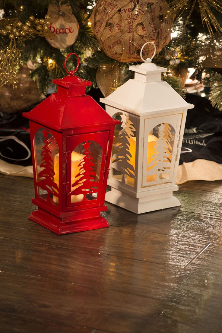 Adorno decorativo navideño. Navidad 2017. Elaborada en plástico. Medida 37 cm. Incluye vela con iluminación LED. Incluye vela. Opera con baterías (NO incluidas).