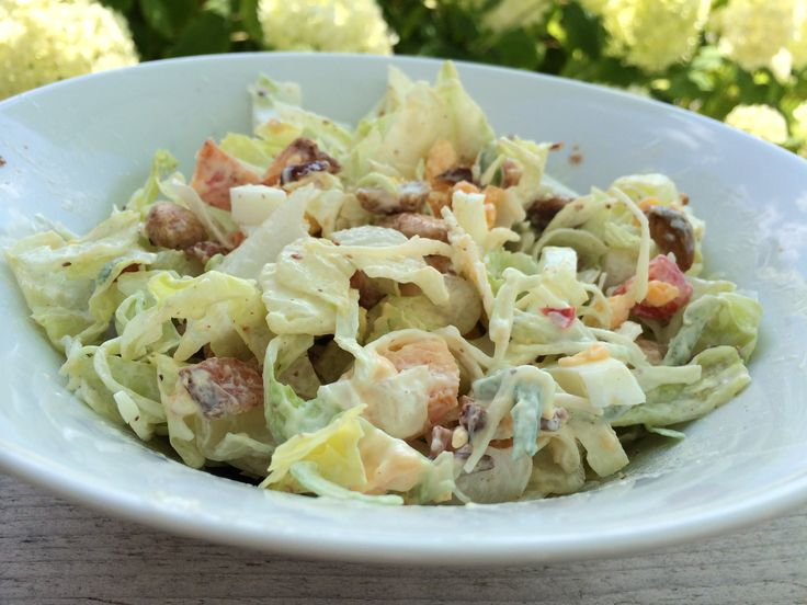 Een lekkere salade die prima past in een koolhydraatarm of Paleo dieet en minder van 500 kCal bevat. Je bereid 'm in 3 minuten en je zit er de hele middag vol van.