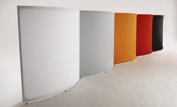 falce:  falce専用ファブリック(伸縮性素材)とアルミ形材によって生み出されるストリームラインは、従来のパーティションでは実現できなかった空間の切り取り方を可能にしています。また、内側からは少し空気の違った雰囲気すら感じさせてくれることでしょう。    falceは基本色の白以外にも各種ご用意しています。  カラーはホワイト、グレー、オレンジ、レッド、ブラックの5種類。一枚のfalceにつき1枚の専用ファブリックカバーを取り付けるので、多色組み合わせも自由。また簡単に取りはずせて洗濯機で洗うことも可能なので大変清潔、経済的。
