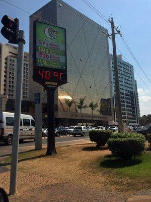Termômetro na W3 Norte registrou temperatura de 40º nesta sexta (Foto: Michele Mendes/G1)