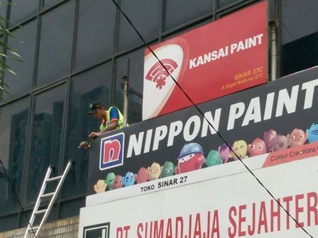 Puluhan Reklame Liar di Jalan Gajah Mada - Hayam Muruk DItertibkan