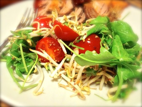 Салат из помидоров черри, проростков сои и рукколы с пикантным сладковатым соусом рецепт с фото