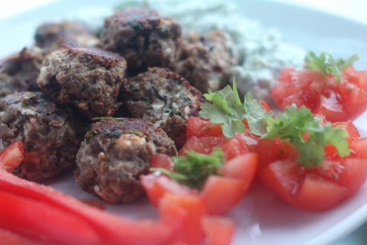Kreikkalaiset Härkis-pyörykät ja tzatziki valmistuvat helposti vegaanisina vegaanisen fetan ja kaura- tai soijajugurtin avulla, katso kuvitettu resepti.